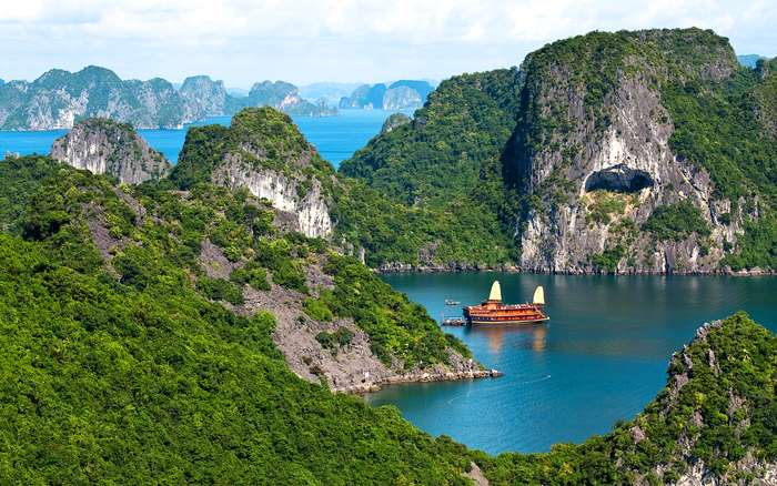Halong Bay, drakenrug in het water